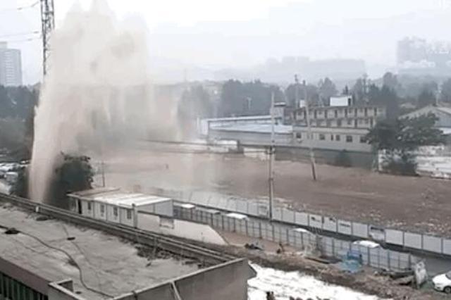 阿房四路自来水管道爆裂水喷数米 这些地区供水受影响