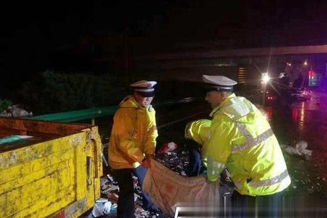 雨夜处理完交通事故 交警路边水坑里洗手感动众人