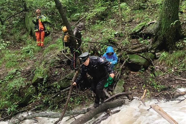 中秋节俩驴友穿越秦岭被困 公安消防冒雨救援
