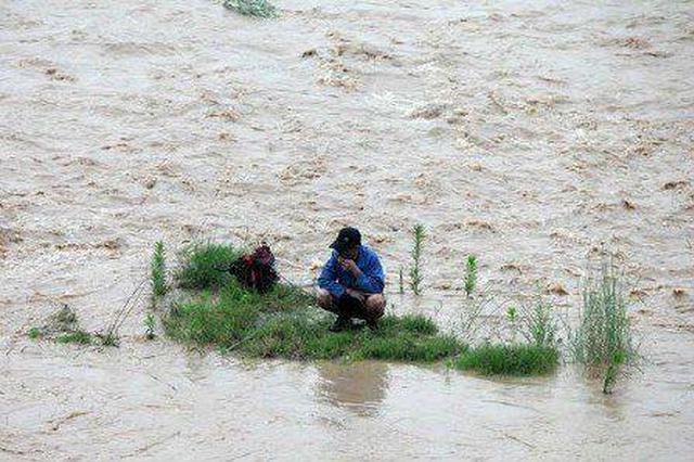 男子雨天渭河垂钓被困 鄠邑区多部门联合营救