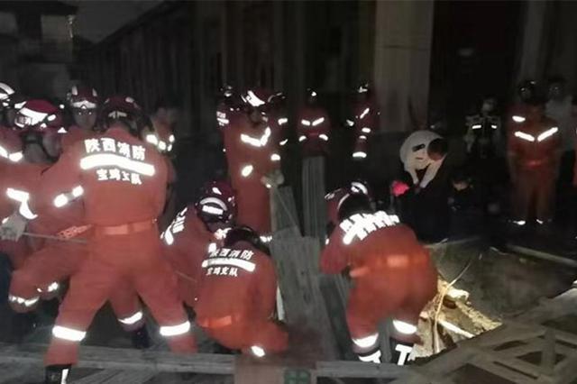 宝鸡一工地发生塌方男子被埋 消防员徒手挖土救援