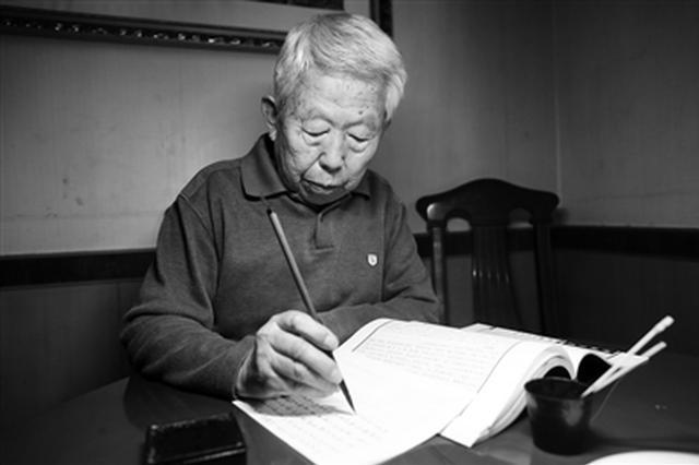 """八旬老人坚持25年毛笔抄名著 希望作为""""传家宝"""""""