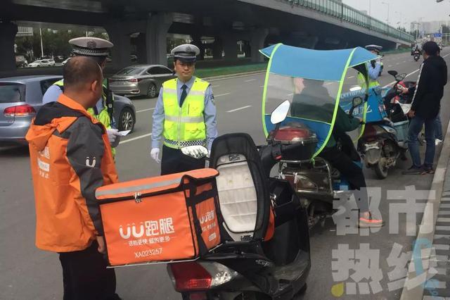 西安交警新装备上线 全天候抓拍外卖交通违法行为