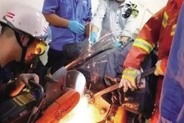 饭店女工手臂卷入和面机 医生和消防员破拆机器施救
