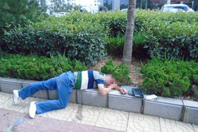 男子醉卧广场自言自语 西安铁警和路人齐相救