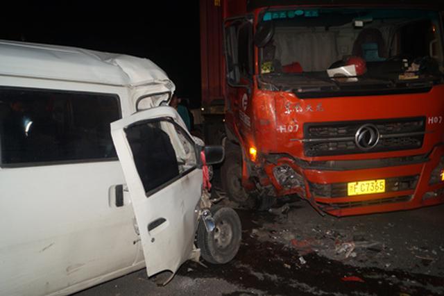 西咸新区两车追尾司机被困 消防员紧急施救