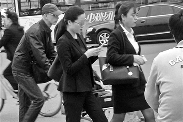 西安离过马路玩手机罚款有多远 记者街头调查