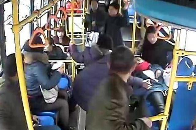 乘客突发疾病 咸阳一公交司机连闯两个红灯送医