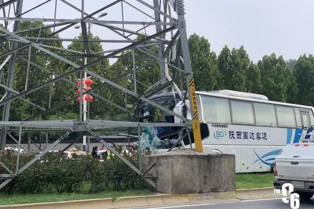 西安西部大道一大客车撞上高压电塔 车头损毁1人受伤