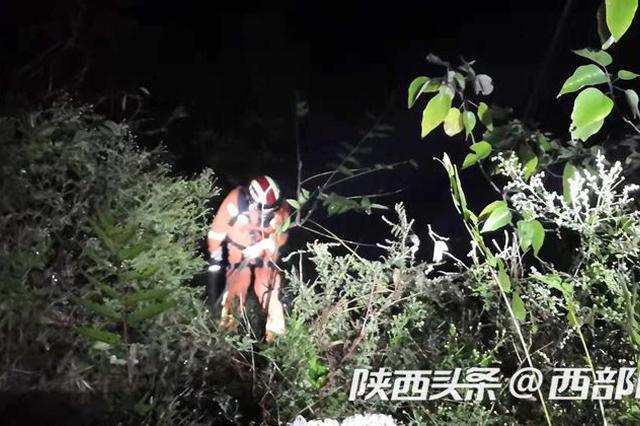 道路湿滑女子不慎坠入50米深沟 宝鸡消防成功救援