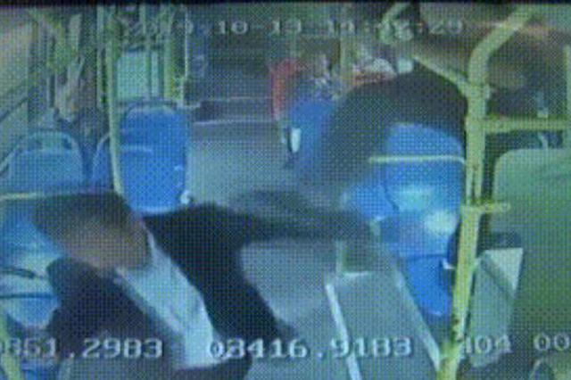 飞踹!砸头!公交私家车发生剐蹭 男子竟翻窗暴打公交司机