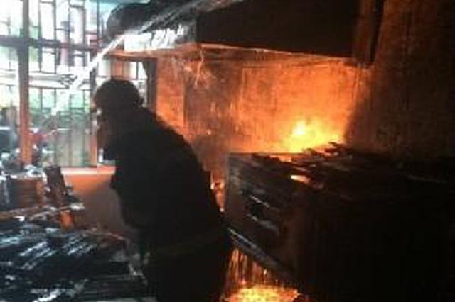 西安一餐馆厨房起火 热心邻居合力扑救