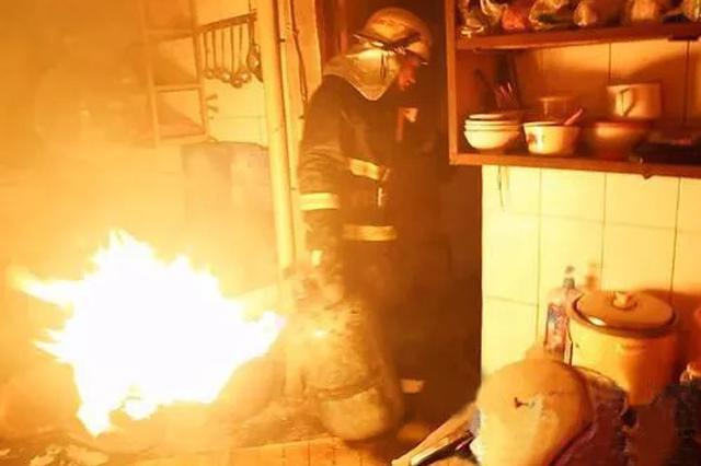 西安餐馆厨房突然起火 热心邻居合力扑救