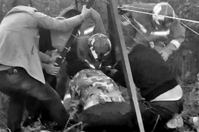 村妇坠入30米深农田机井 消防员下井15分钟救出