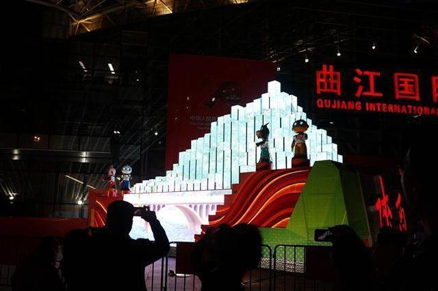 陕西彩车亮相曲江国际会展中心 市民点赞:现场更好看