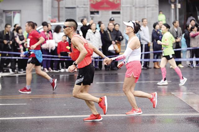 """激情""""西马""""雨中开跑 3万名跑友用脚步丈量古城"""