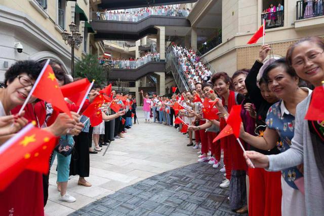 """未央区千名群众挥舞五星红旗 唱响""""我和我的祖国"""""""