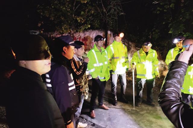 17岁男孩上山游玩被困 救援人员3小时将其救出