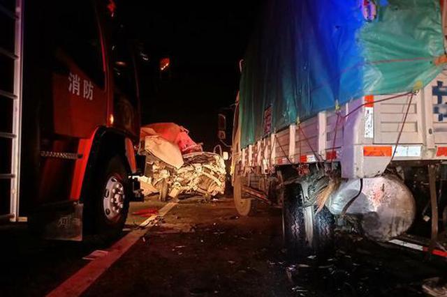 西宝高速凌晨发生三车相撞事故 面包车被撞严重变形