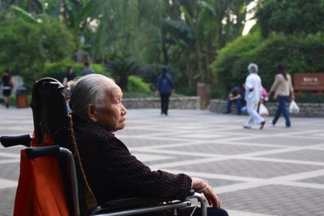 西安八旬独居老人出行不便 志愿者帮忙买轮椅