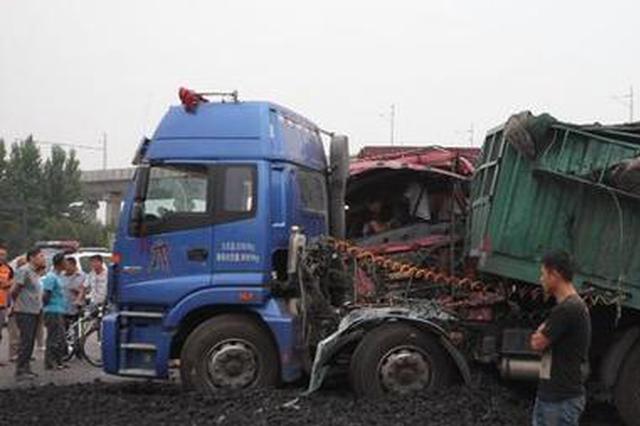 两半挂车与货车相撞一人被困 30多分钟救出