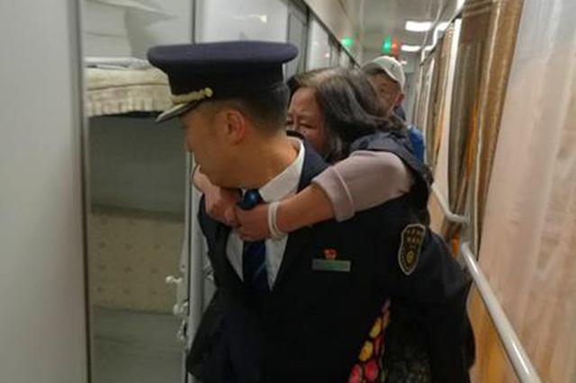 西安客运段骨折乘客乘车难 爱心车长背其上车