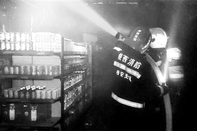 凌晨三点超市仓库起火 仓库管理员避险消防赶到扑灭