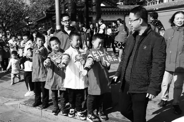 西安启动青春志愿迎全运服务活动 志愿者街头指挥交通
