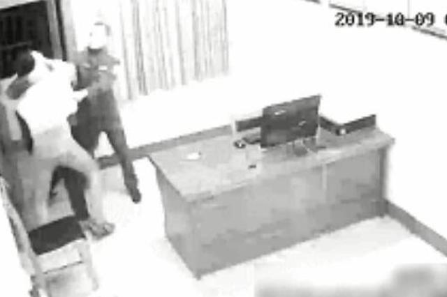汉中一男子暴力抗法突袭民警 咬住民警的头不放