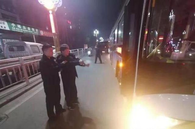 安康一男子抢夺公交车方向盘吓坏乘客 已被警方刑拘