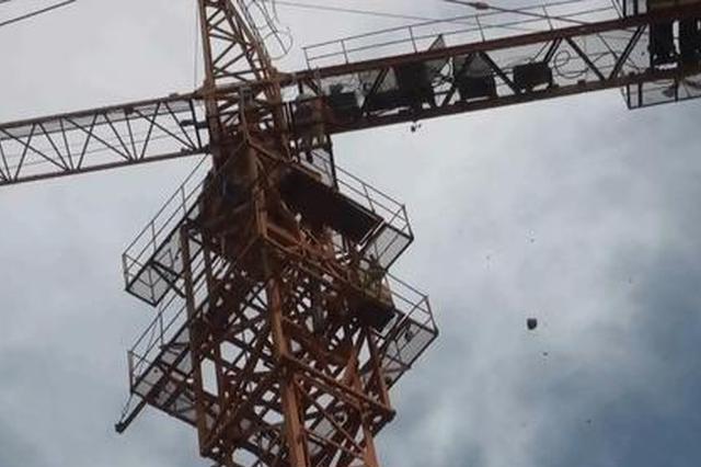 咸阳一工地塔吊断裂两工人被困 消防员高空救援