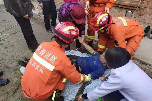 六旬老人不慎坠入30米深井 消防将其平安救出