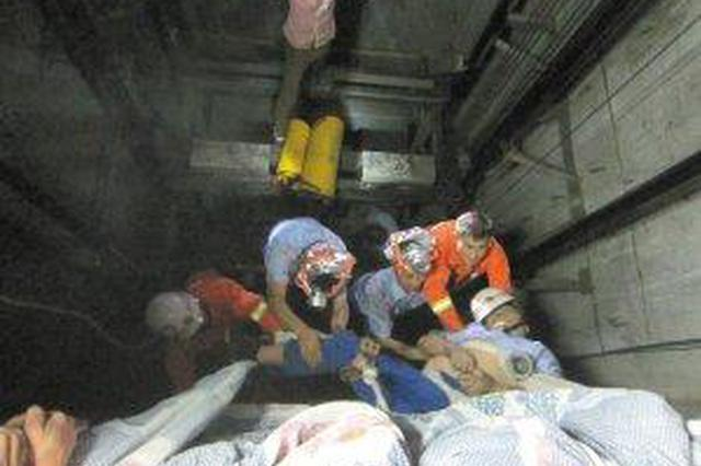 高楼线缆井起火老人小孩被困 消防物业及时救援