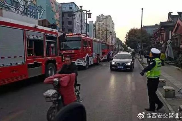 突发!西安一民房起火3辆消防车救援 有临时管制