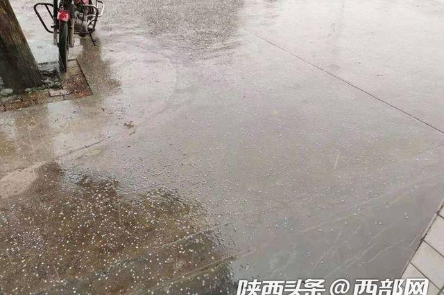 """汉滨旬阳两县区出现""""雷打冬""""伴冰雹天气 专家:正常"""
