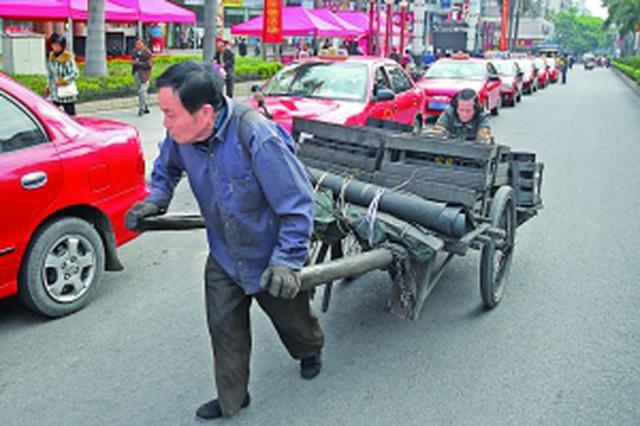 """男子推着板车从铜川徒步去济南 自称""""瓦匠大衣哥"""""""