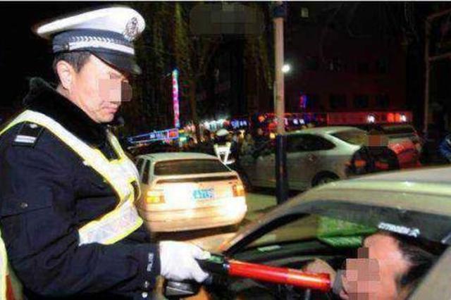 男子两年3次酒驾被拘留 给交警塞银行卡企图逃避执法