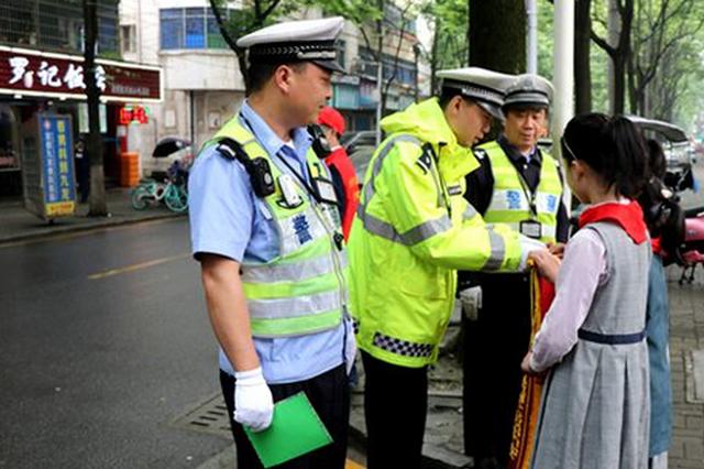 公安局长当护学岗民警 陕西校园安全宣传教育周启动