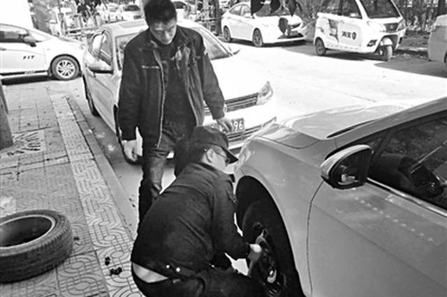 """男子车辆路边""""趴窝"""" 阎良民警帮忙换胎暖人心"""