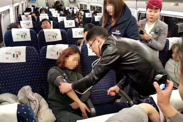 暖心!西安这名医生动车上挺身而出 救助晕厥乘客
