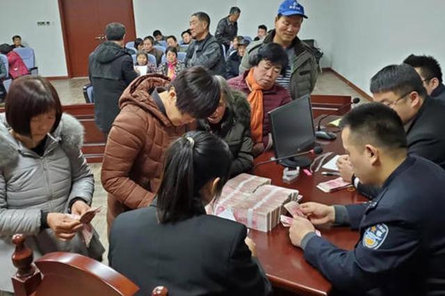 法院集中发放104万元执行款 89名农民工收到拖欠两年工资