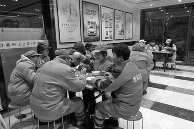7位大厨每天轮流做早餐 免费稀饭馒头送给保洁员