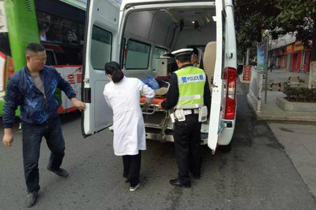 男孩手指夹伤需转院 交警紧急护送就医
