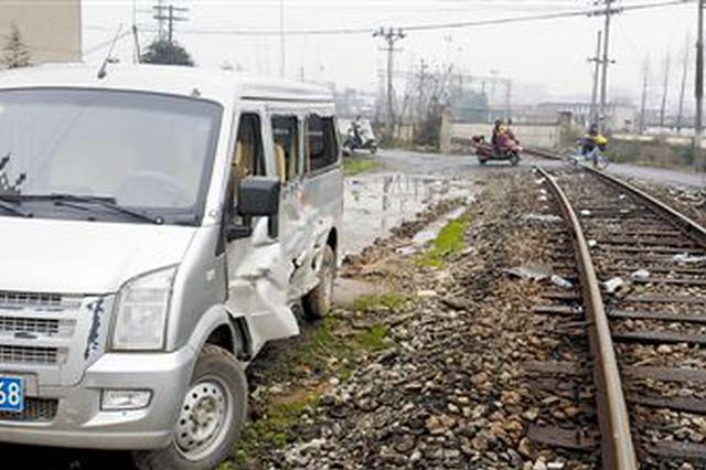轿车与轨道车在铁路专用线交叉口相撞 致1死3伤
