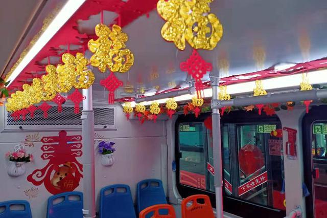 """巴士迎新春年味十足 公交司机给乘客送""""福"""""""