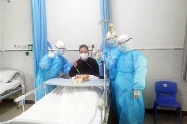 洛南确诊患者隔离病区过生日 医护人员百忙之中送祝福