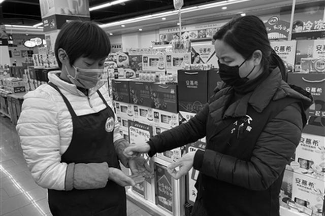 """儿子丈夫劝她辞职 她仍坚守岗位:""""柴米油盐总得有人提供"""""""
