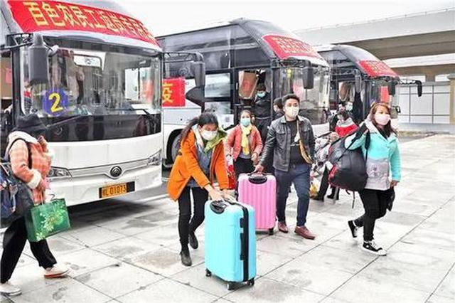 西安交警护航 洛南县950名农民工顺利抵达火车站