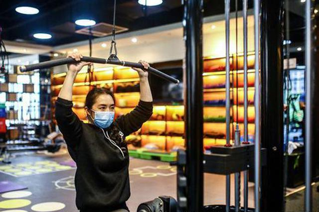 """西安部分健身房开始复工 市民戴口罩""""撸铁""""健身"""