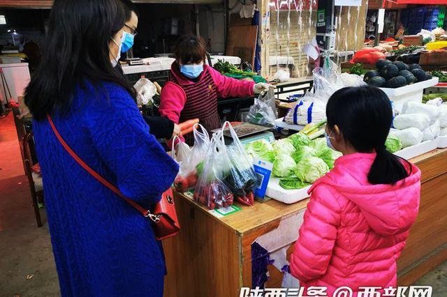 记者走访西安菜市场 今年野菜大多便宜一半